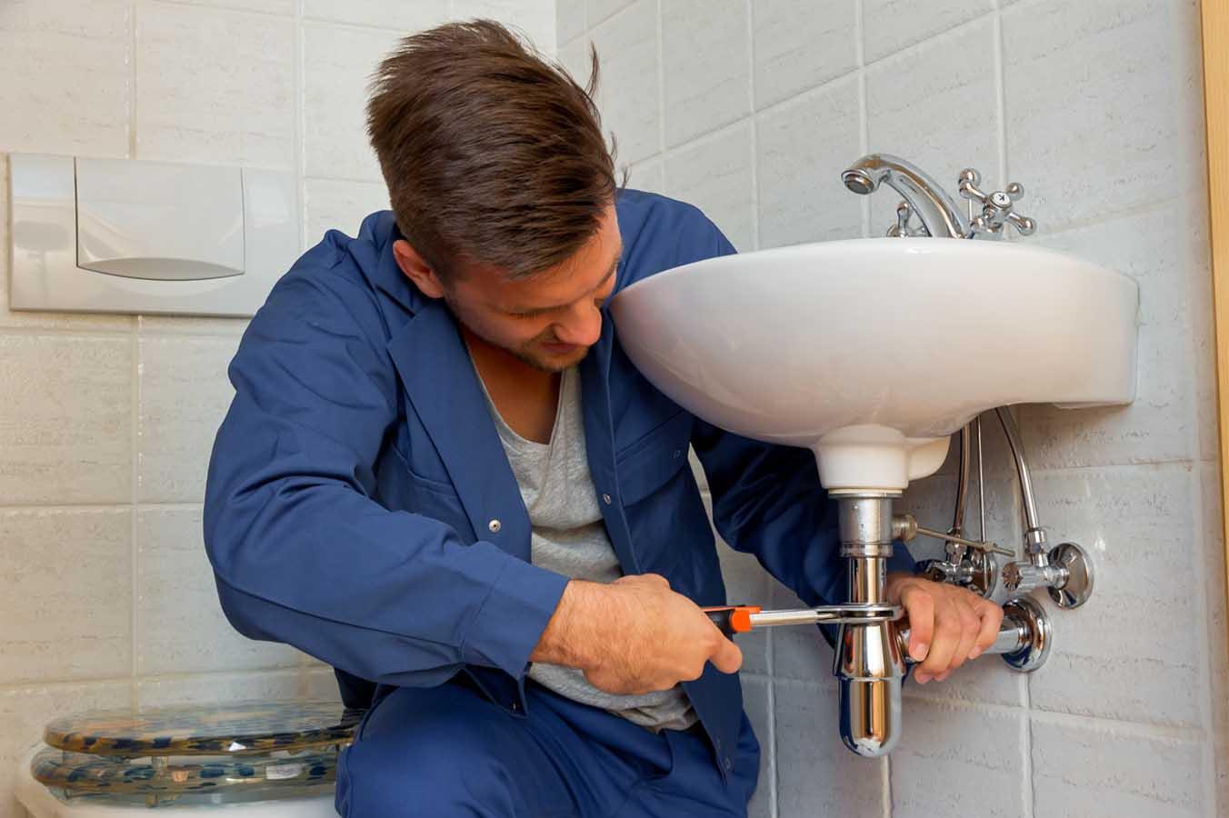 technicien qui débouche les éviers
